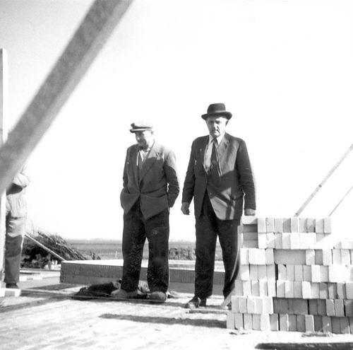 Mienis Firma 19__ geeft Bouwonderricht bij bouw Huize Kamper 02