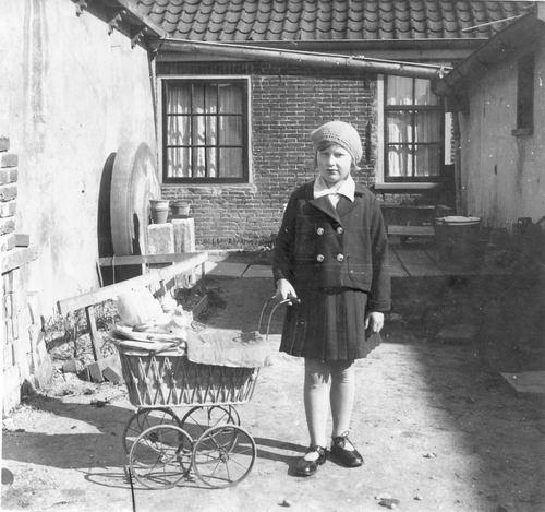 Mienis Janne 193_ op Erf met Poppenwagen