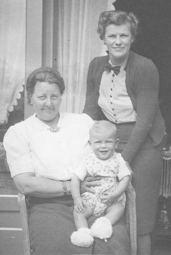 Mienis - Koel Maria 19__ met nicht Jannie Schagen en zoontje