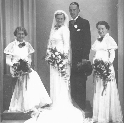 Mienis Wil 1915 19__ Bruidsmeisje bij Huwelijk Jannetje Schagen
