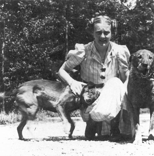 Mienis Wil 1915 19__ op Erf met Honden