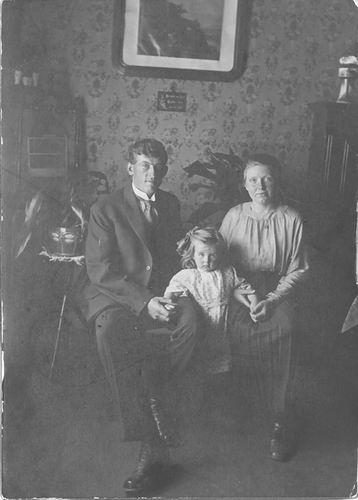 Muis Gijsbert 19__ met 2e vrouw en dochter Trijntje