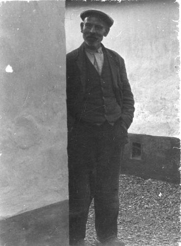 <b>ZOEKPLAATJE:</b>Mulder Albert J 1913 19__ Onbekend 41 Man naast Muur v Huis