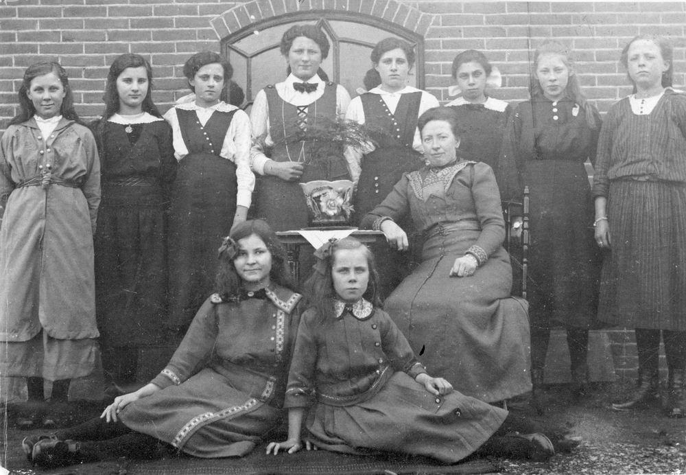 Naaischool Rijk 1917 met Juf Bosman