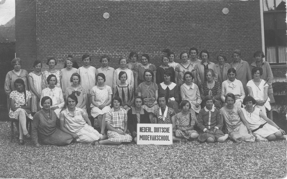 Onbekend Nederlands Duitsche Modevakschool 1932