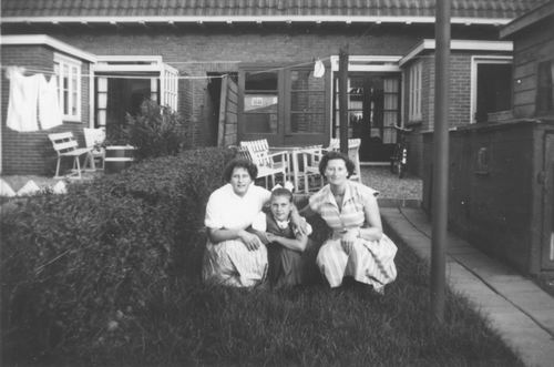 Nieuweweg W 0041 1954 Achtertuin met dames v Tienderen 01