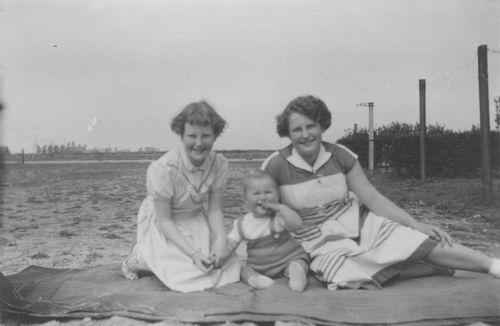 Nieuweweg W 0041 1954 Achtertuin met zicht naar Spoordijk