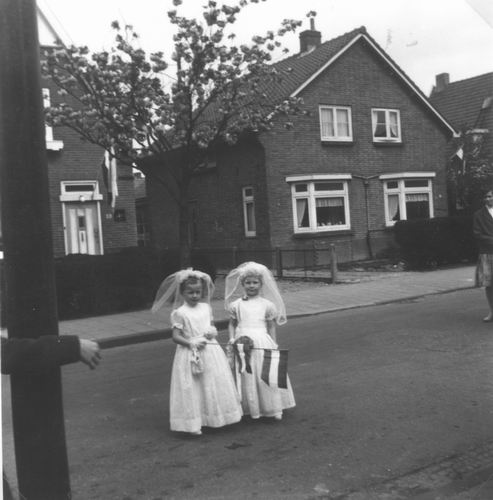 Nieuweweg W 0047-49 1961 met bruidjes op Koninginnedag