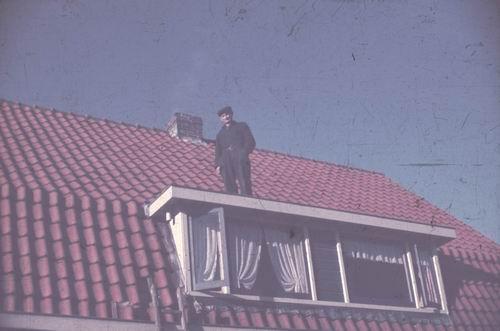 <b>ZOEKPLAATJE:</b>Onbekend Hoofddorp 1949-50 Man op Dak