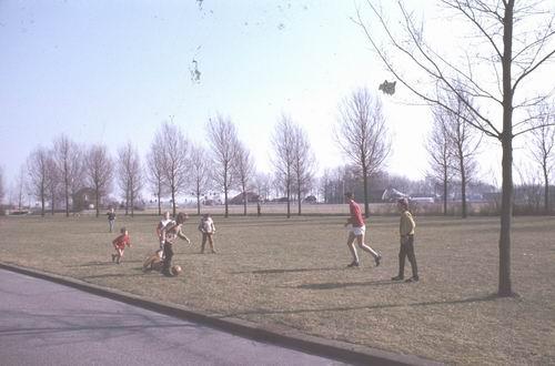 <b>ZOEKPLAATJE:</b>&nbsp;Onbekend 1978-79 Voetbalveldje bij grote Kruising