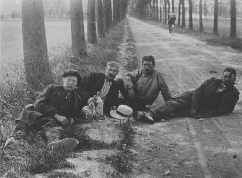 <b>ZOEKPLAATJE:</b>Onbekend 4 mannen rustend langs polderweg