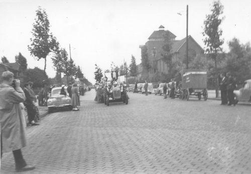 Amsterdam Amstelveenseweg 1950 Bloemencorso bij RK internaat 01