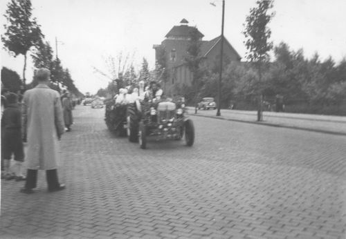Amsterdam Amstelveenseweg 1950 Bloemencorso bij RK internaat 02