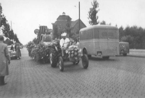 Amsterdam Amstelveenseweg 1950 Bloemencorso bij RK internaat 03