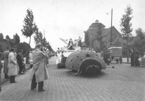 Amsterdam Amstelveenseweg 1950 Bloemencorso bij RK internaat 04