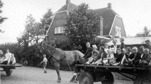 <b>ZOEKPLAATJE:</b>Hoofdweg O 1730 1935 Schoolreisje met Karweiwagen 02