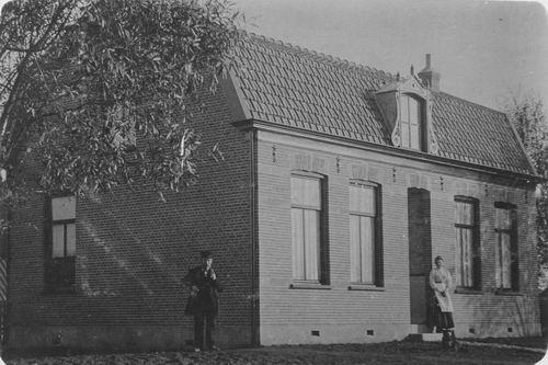 <b>ZOEKPLAATJE:</b>Onbekend Boerderij Gebroken Kap bij Nieuw Vennep