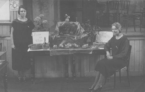 <b>ZOEKPLAATJE:</b>Breure Marina C 1903 19__ op Bazar in de Beurs met Onbekend