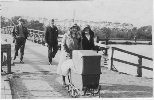 Aalsmeerderdijk 0401 Brug 1930 met fam v Andel