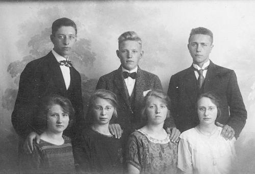<b>ZOEKPLAATJE:</b>Onbekend Familie Fotoserie 05 3 Heren met 4 Dames