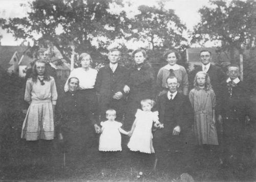 <b>ZOEKPLAATJE:</b>Onbekend Familie in Achtertuin