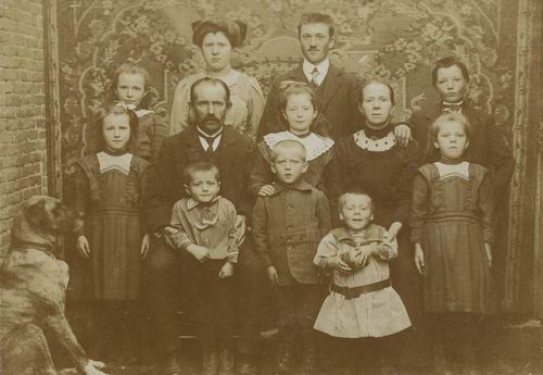 Vaandering Arend 1915 Familiefoto met Hond