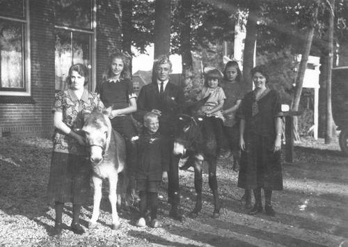 <b>ZOEKPLAATJE:</b>Onbekend Familiefoto met kinderen op ezels