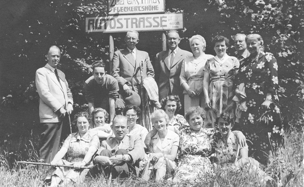 <b>ZOEKPLAATJE:</b>Onbekend Groep Mensen in Fleckertshohe 1955