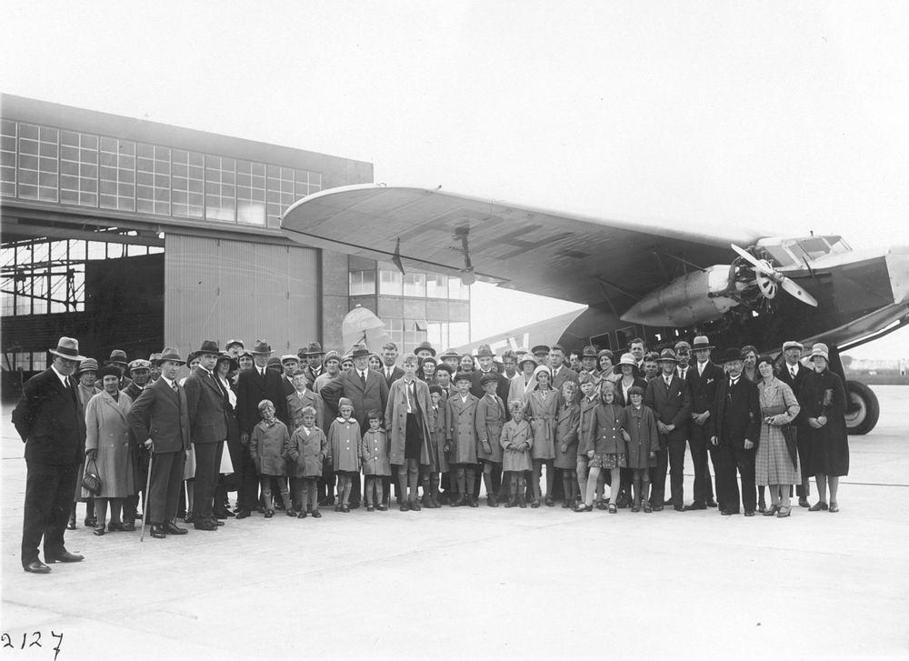 <b>ZOEKPLAATJE:</b>Onbekend Groep mensen op Schiphol voor Fokker 1931
