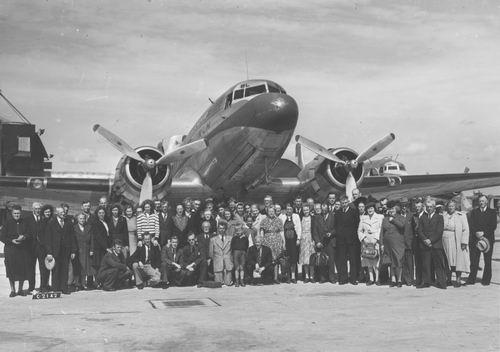 <b>ZOEKPLAATJE:</b>Onbekend Groep mensen voor Vliegtuig met Jack Sharp 1948