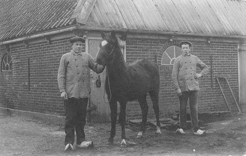 <b>ZOEKPLAATJE:</b>Onbekend Jongemannen met Paard achter Schuur