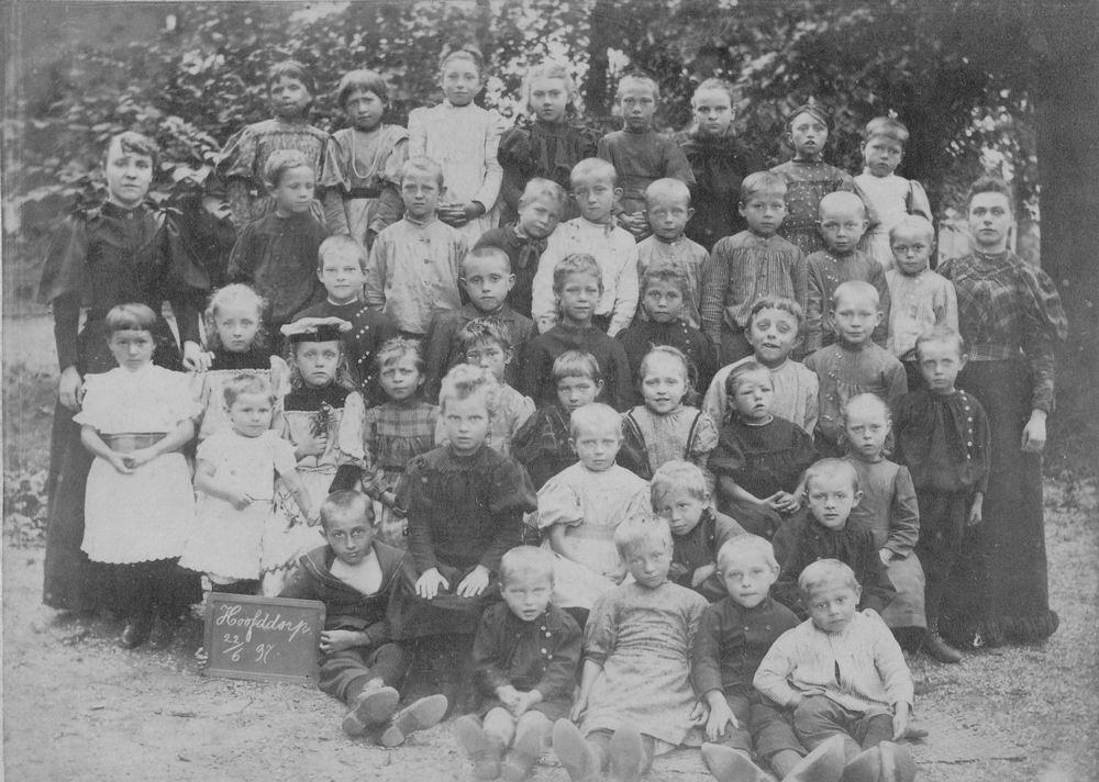 <b>ZOEKPLAATJE:</b>Onbekend Klassefoto Hoofddorp 1897 met vd Helm