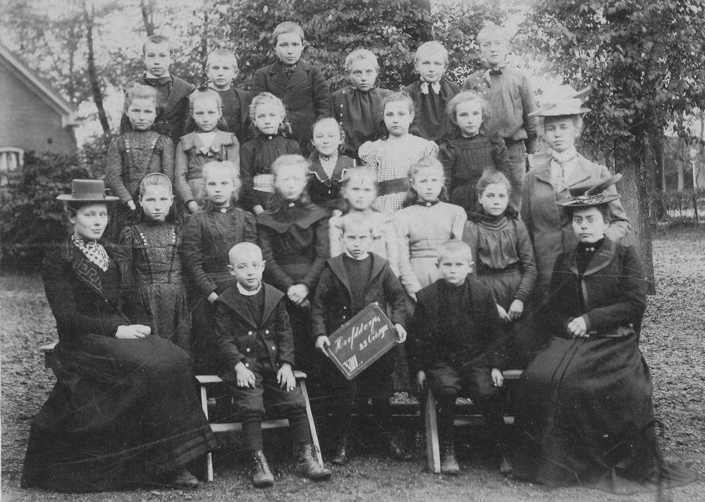 <b>ZOEKPLAATJE:</b>Onbekend Klassefoto Hoofddorp 1901 met vd Helm Klas 8
