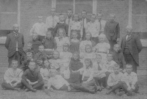 <b>ZOEKPLAATJE:</b>Onbekend Klassefoto mischien Nieuw Vennep voor 1915