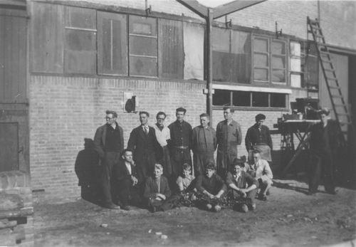 <b>ZOEKPLAATJE:</b>Onbekend Machinefabriek 194_ met Personeel en Piet Klaassen 01