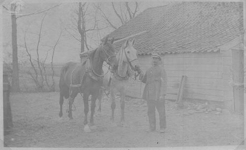 <b>ZOEKPLAATJE:</b>Onbekend Man met 2 Paarden bij Schuur