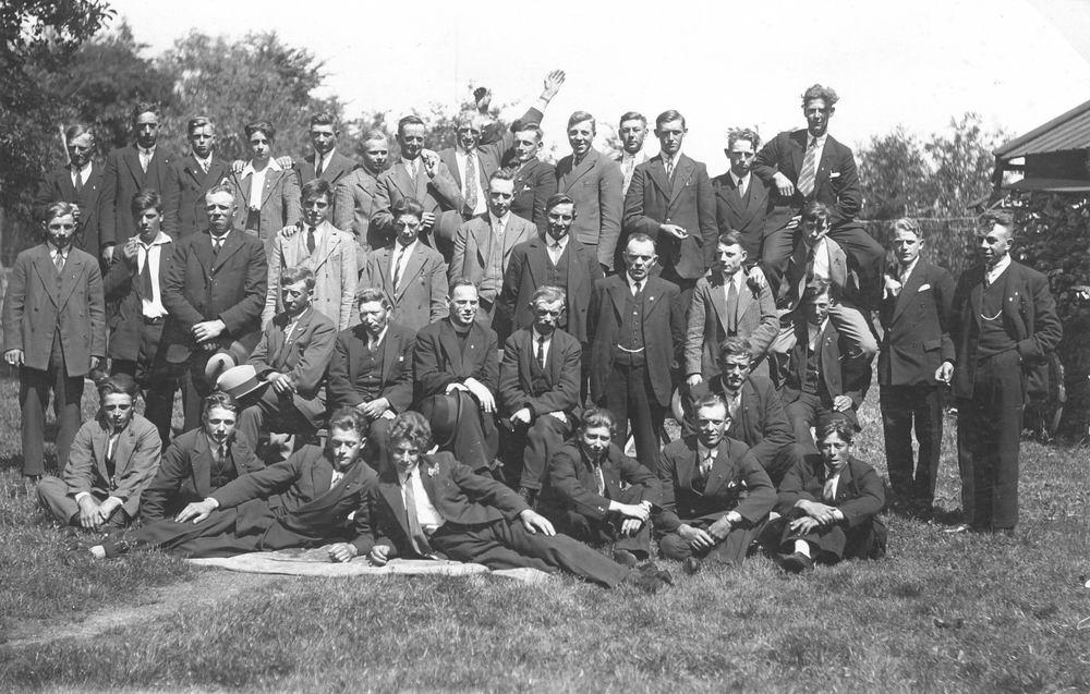 <b>ZOEKPLAATJE:</b>Onbekend Mannen Zwanenburg 1931 met oa RK Pastoor