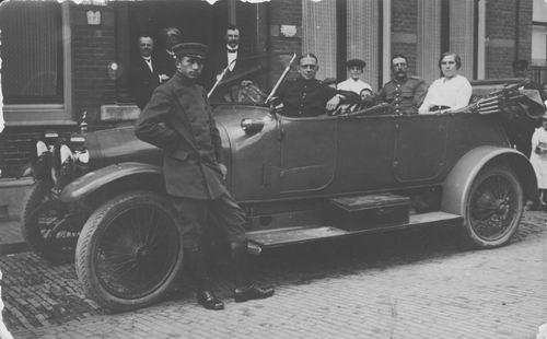 <b>ZOEKPLAATJE:</b>Onbekend Militair Scheffer 1914 met vrouw in grote Auto