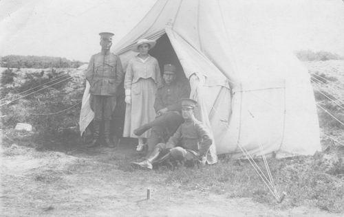 <b>ZOEKPLAATJE:</b>Onbekend Militair Scheffer 1916 en Vrouw bij tent