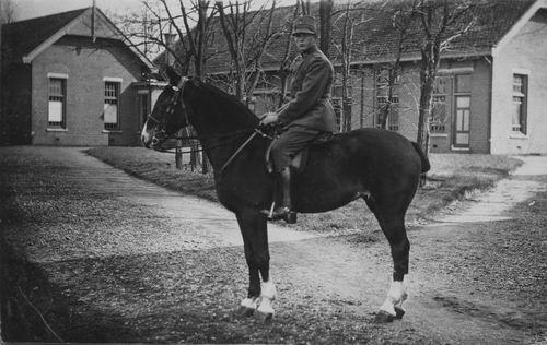 <b>ZOEKPLAATJE:</b>Onbekend Militair te Paard bij Kazerne of Boerderij