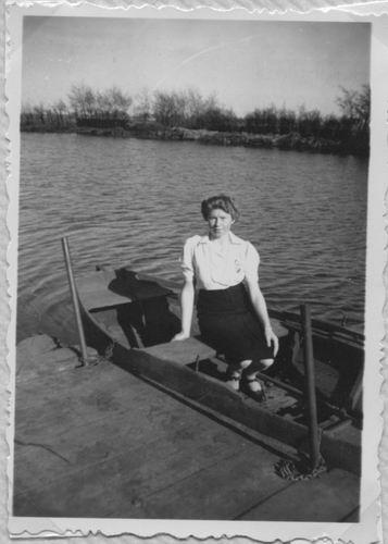 Aalsmeerderdijk 0477 Overzijde 194_ met Truus v Limpt in bootje