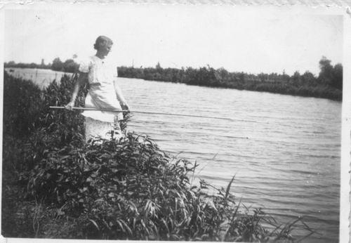 Aalsmeerderdijk 0477 Overzijde 194_ met vissende Rika v Limpt