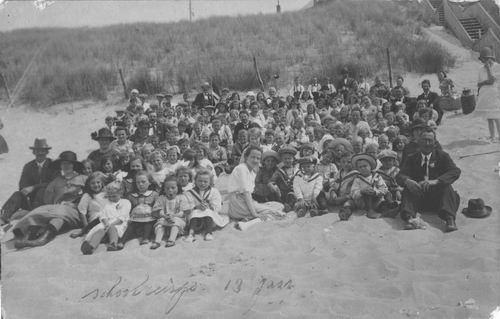 <b>ZOEKPLAATJE:</b>Onbekend Schoolreisje 1927 naar t Strand
