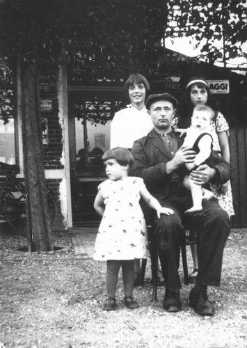 <b>ZOEKPLAATJE:</b>Onbekend Vader met kinderen voor Kruidenierswinkel