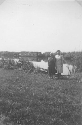 <b>ZOEKPLAATJE:</b>Onbekend Vijfhuizerdijk 1949 met Woonboot