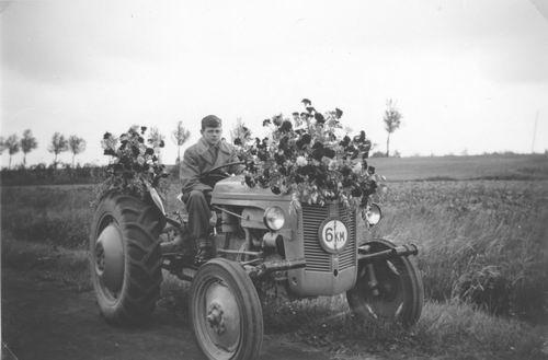 <b>ZOEKPLAATJE:</b>Onbekend op Tractor met Eeuwfeest Haarlemmermeer 1955