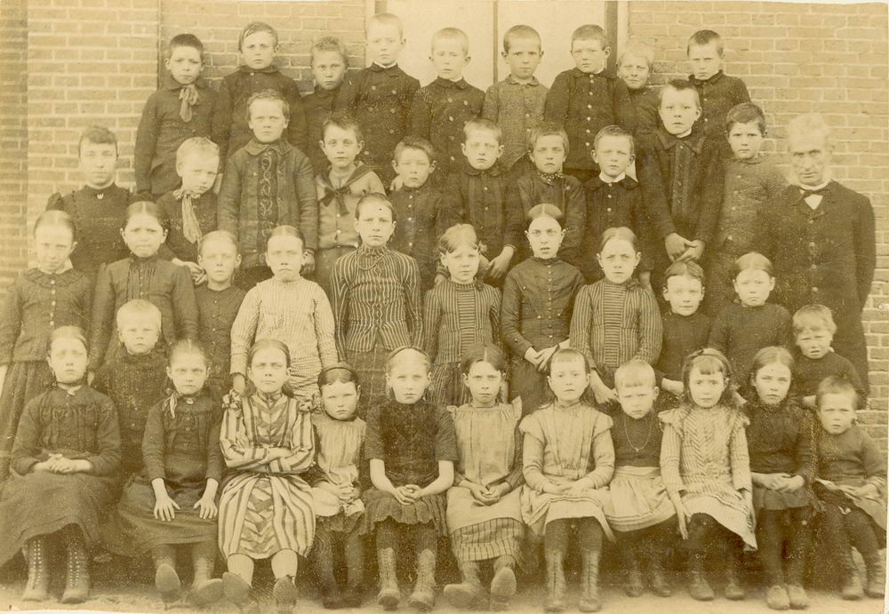 Openbare School 01 1895 Lijnden met kinderen Meijer