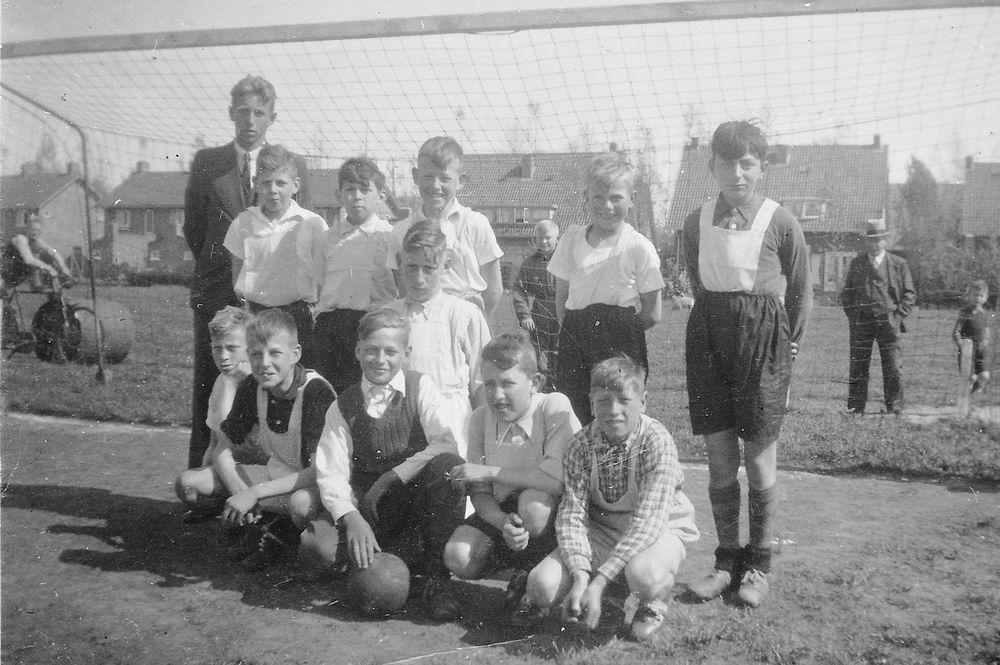 <b>ZOEKPLAATJE:</b>Openbare School 01 1941 Voetbal Elftal met Meester Zwart