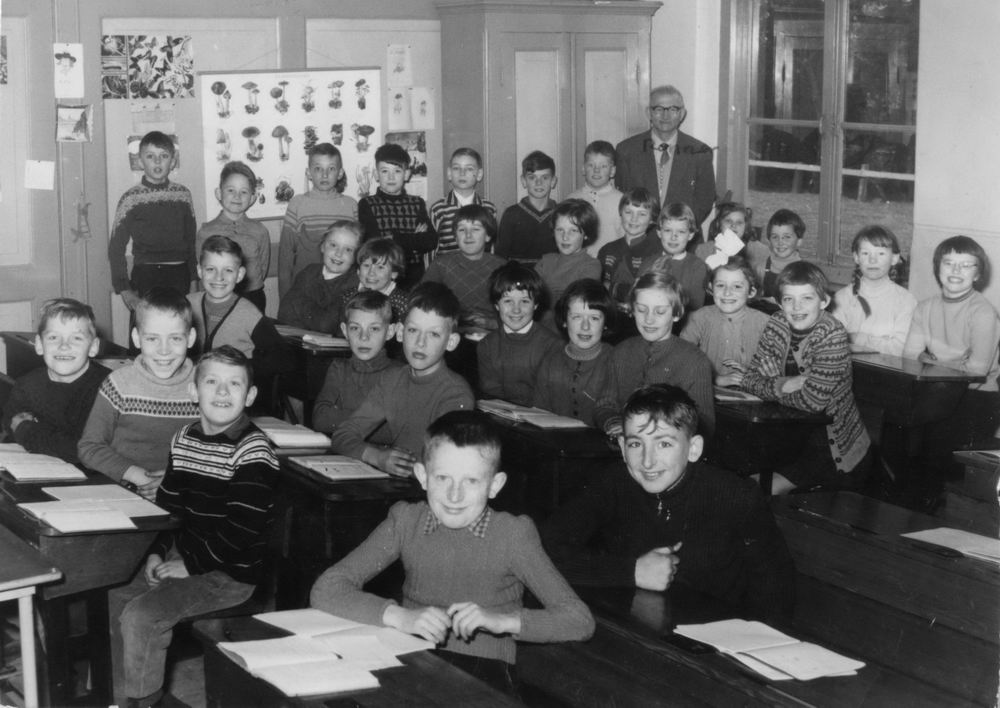 Openbare School 01 1958-59 Klas 3-4 met Meester Ronner