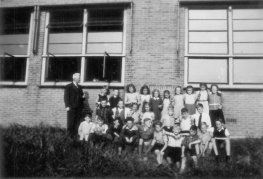 <b>ZOEKPLAATJE:</b>Openbare School 01 19__ Klas  met Meester Kelderhuis